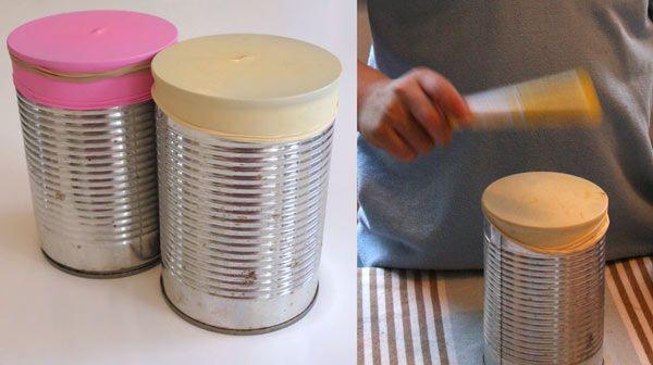 """""""Essayez d'utiliser des boites de conserves dont les bords ne sont pas coupants. Versez du riz, ou des lentilles, ou des haricots dedans, pour lester. Coupez la queue d'un ballon et recouvrez, en tendant le ballon. Vous pouvez rajouter un élastique mais ce n'est pas indispensable, ça tient très bien sans."""""""