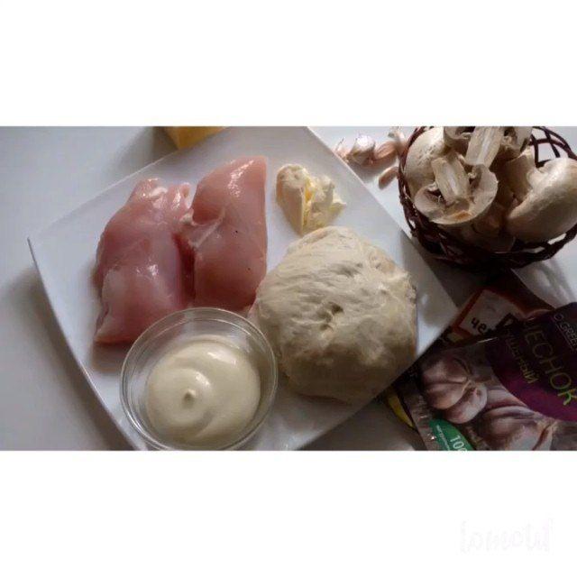 Нам понадобится!: -Тесто дрожжевое (я покупаю в пекарнях или булочных, сама не готовлю его) -шампиньоны -две филейки куры (1грудка получается) -чеснок -сметана или майонез (я использовала майонез) -перец/соль/травы и любимые приправы -сыр -масло сливочное -кунжут или семена льна :) Курицу и грибы порезать на маленькие кусочки и смешать с майонезом +соль и приправы и чеснок. Затем рассказать тесто :) у нас получится два круга :) один потолще- основа пирога(я называю матрасиком)а другой…