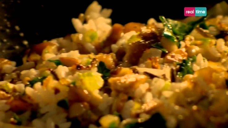 Cucina con Ramsay # 92: Pollo con ripieno di aglio e castagne Un piatto unico, in cui il pollo disossato racchiude un ripieno di riso e castagne. Un piatto veramente particolare.  INGREDIENTI 1 grande pollo ruspante, disossato e privato delle ali Olio di oliva per condire  PER IL RIPIENO: Olio di Oliva per friggere Mezza cipolla sbucciata e tritata 1 spicch...