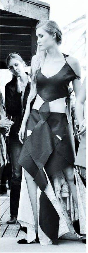 Robe noire en cuir, en dentelle chanel noire et en tissu coton aux imprimés carte du monde.  Styliste : INSIVANE Model : Océane Le Ny