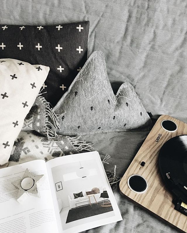 My Comfort  R E L A X  #homedecor #homesweethome #christmas #scandinavian #scandinaviandesign #scandihome #scandinavianstyle #grey #whiteinterior #black #heim #music #relax #star #mountain #pillows #magazine #heimmagazine