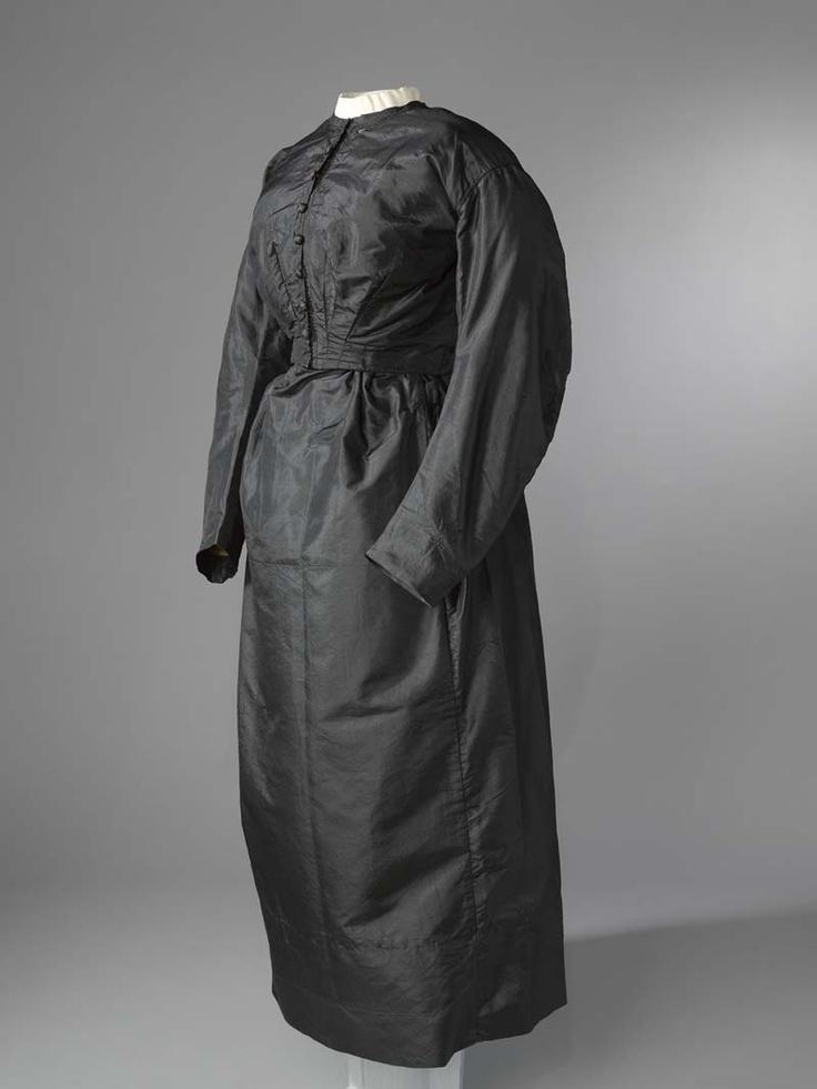 3-delig kostuum, bestaande uit jak, rok en pelerine   Vervaardigingsdatum:1860 - 1865  Materiaal: zwarte zijde