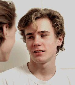 #wattpad #novela-juvenil Isak se enamora, del joven que una vez lo salvó y se transformó en su mejor Amigo, compañero y primer amor. Un amor surge, pero que ocurre cuando la homofobia, la maldad de las personas y las infidelidades son mas fuertes. ¿Podrá el amor superar y soportar todo esto?