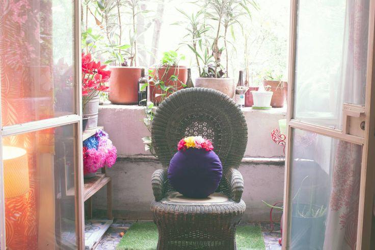 Busca imágenes de Balcones y terrazas de estilo ecléctico en translation missing: mx.color.balcones-y-terrazas.morado-violeta: EN EL MERCADO DE LAS FLORES I Cojín con olor a lavanda. Encuentra las mejores fotos para inspirarte y crea tu hogar perfecto.