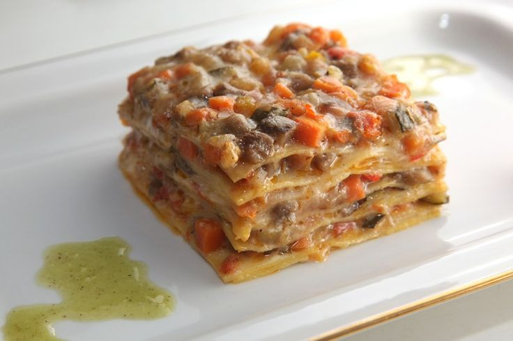 Le lasagne con crema di melanzane sono un primo piatto cremoso, gustoso e molto particolare che conquisterà tutti. Ecco la ricetta