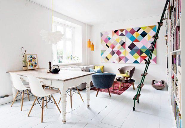 Des couleurs flashy en contraste avec des murs blancs