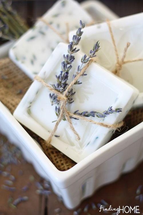 Vanička s levandulovým mýdlem a snítkou levandule