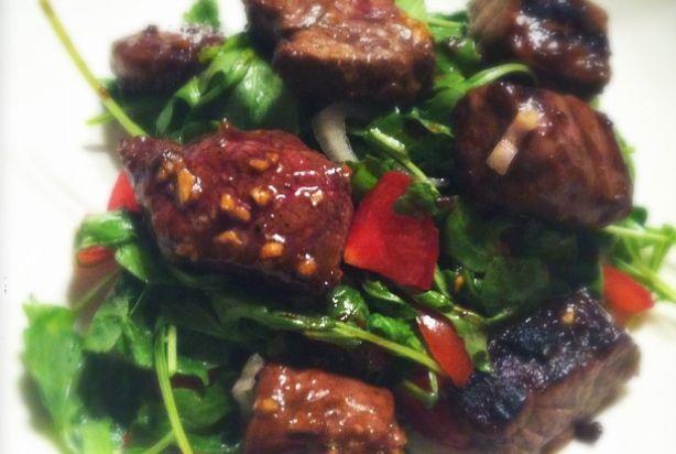 Deze heerlijke Vietnamese biefstukpuntjes staan in een handomdraai op tafel. De heerlijke marinade karameliseert lichtelijk, wat je vlees lekker knapperig bakt. Houd er wel rekening mee dat het vlees tijd nodig heeft om te marineren. Reken op minimaal een uur, maar nog lekkerder is een hele nacht. Serveer de biefstukpuntjes met choisam of paksoi met oestersaus.