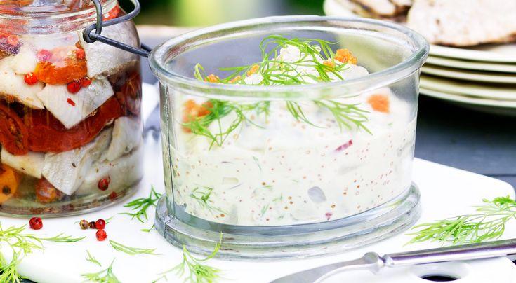 Recept på skagensill med pepparrot. Klassiskt och lättlagat sillrecept med kända smaker där färsk pepparrot i lagom mängd ger extra god smak.
