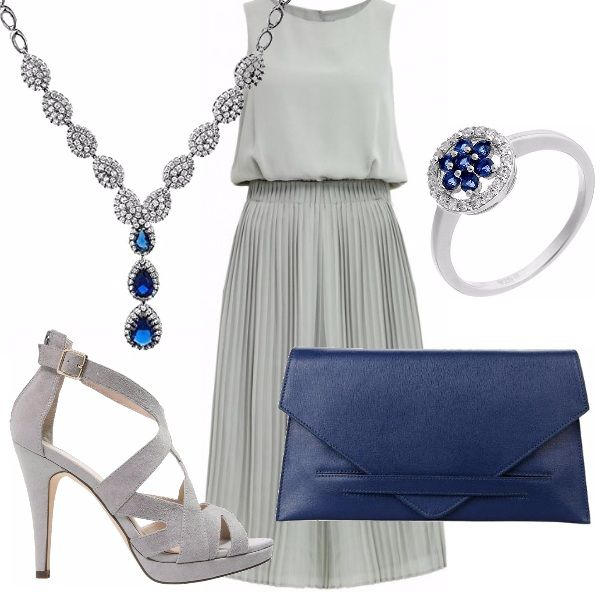 Outfit elegante, ideale per una serata! Abito grigio, scollo tondo con gonna plissettata. Sandalo grigio alto, pochette blu estremamente semplice. Collana a Y ed anello con pietre blu.