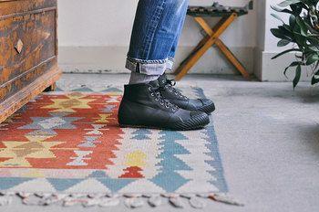 街でも履けるようなおしゃれなデザインにすることで、これまでになかった「レインシューズ」としての役割も持つこのシューズは、メンズはもちろん、女性も履きこなしたくなる靴になりました。