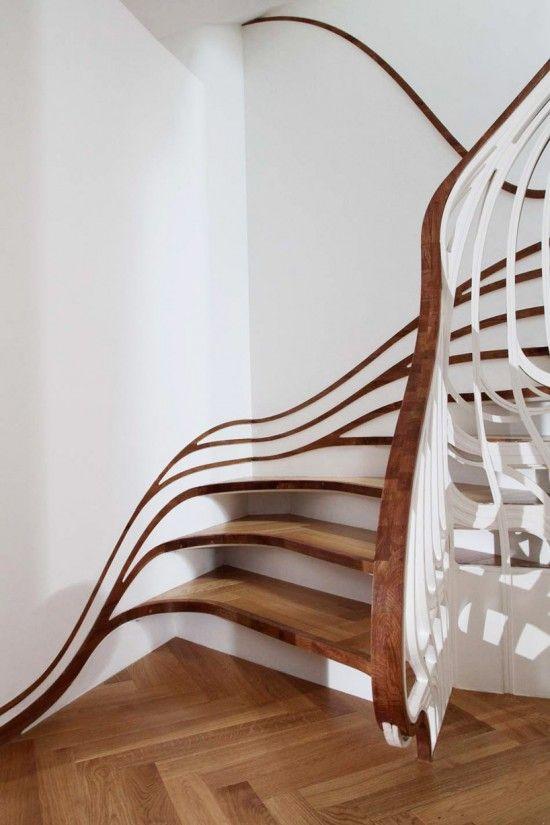 Escalier contemporain hommage à l'Art Nouveau. Design by Atmos Studio.