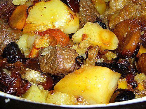 ЦИМЕС- Мясо(жирная говяжья грудинка) - 1 кг Картофель - 600 г.(чищенный) Морковь 2 средние Лук - 1 крупная шт. Инжир - 100 г. Изюм - 100 г. Курага - 100 г. Финики - 100 г. Чернослив без косточек - 100 г. Красный перец,соль Растительное масло. Мясо выложить в жаровню На мясо - картофель, посолить, на картофель морковку, слегка посыпать сахарком На морковку - сухофрукты сверху - жаренный лук Накрыть крышкой жаровню, поставить в духовку. t - 170-180. Запекать 2,5 час