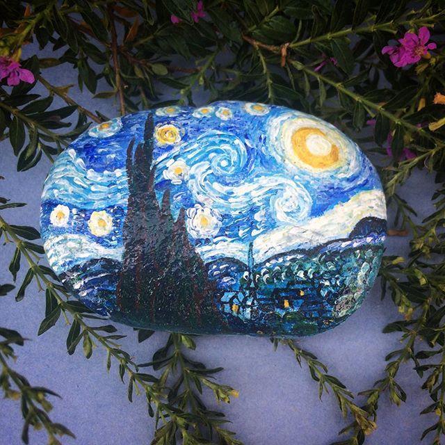 """Гонконгцы большие ценители прекрасного. Нарисовала на заказ картину Винсента Ван Гога """"Звездная ночь"""". Hong Kongers are big connoisseurs. Painted custom painting of Vincent van Gogh's """"Starry night"""" #art #artwork #paintedrocks#paintedstones #arts #artstagram #artshow#artlife #artgallery #artpop #instagramanet#instatag #drawing #vangogh #starrynight #stoneart#instaart#gallery #искусство #творчество #творю #вангог #звездная ночь #инстаарт #инстатаг #инстаграманет#камни #краскижизни #рисование…"""