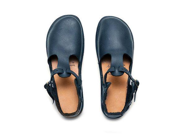 Die Westindischen ist ein flaches T-Strap-Stil-Schuh. Es verfügt über eine einfache abgerundete Zehe, eine einstellbare Knoechelriemchen mit Messing-Schnalle und minimale Nähte. Die Westindischen sieht fantastisch mit mit funky Socken oder Strumpfhosen im Winter aber ist ebenso großartig im Sommer barfuß getragen. Die 100 % Leder-Obermaterial und die Innensohle werden dehnen und Formenbau für Ihre individuelle Fußform für eine individuelle Anpassung mit zu tragen.    In 5 Farben erhältlich…