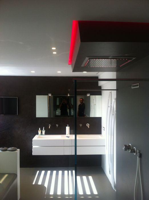 NUOVALUCE. Intervento di light design in elegantissimo bagno. Box doccia dotato di illuminazione led RGB per trattamenti di cromoterapia.