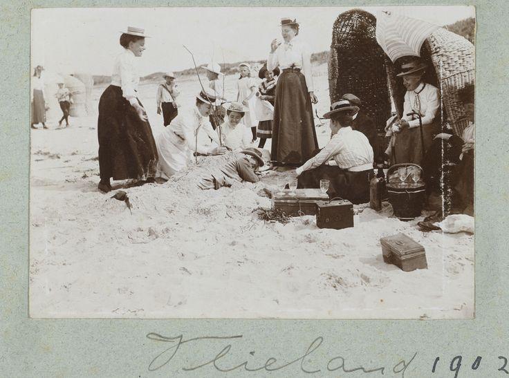 Gezelschap maakt plezier op strand 1902 | Rijksmuseum, Public Domain