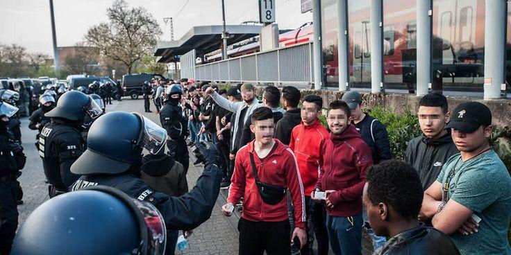 Die eingekesselten jungen Männer mit Migrationshintergrund verfolgten teils amüsiert den Großeinsatz der Polizei.