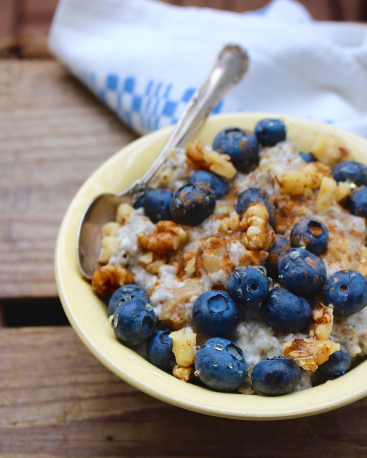 Härlig start på dagen med svalkande glutenfri vegan raw food-gröt. Du mäter upp ingredienserna på kvällen och mixar snabbt ihop på morgonen efter till frukost. Raw kokosgröt med päron 0,5 dl kokosf…