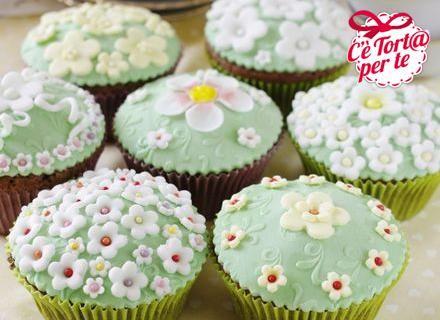 #Cupcakes fioriti al cacao e cioccolato bianco: ecco come portare un po' di primavera nel freddo dell'autunno.  Clicca e scopri la ricetta...