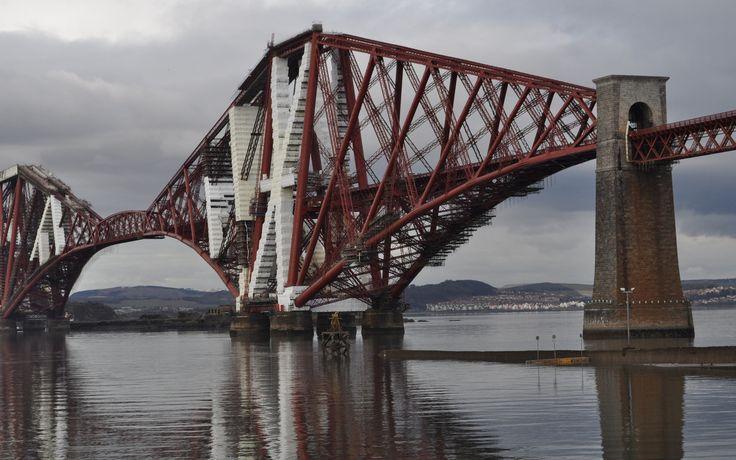 Ocho lugares declarados Patrimonio de la Humanidad en este 2015: Atravesando el fiordo que tiene su mismo nombre, el Puente del Forth conecta Edimburgo con Fife y sirve como punto de conexión entre el norte y sur del país. Se terminó de construir en 1890 y todavía se considera una gran obra de ingeniería.