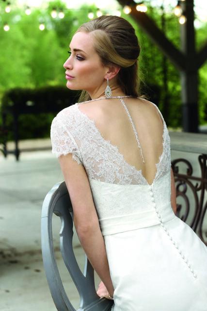 Een klassieke jurk met leuke kanten mouwen.