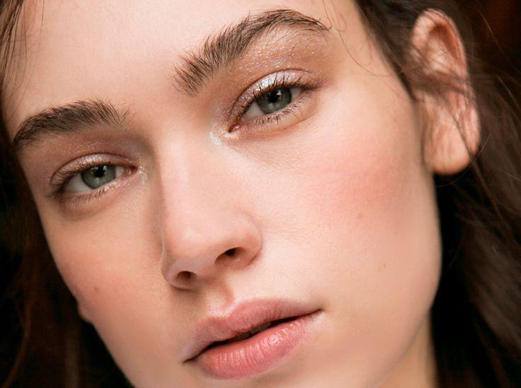Kurve gekriegt! Mit den Augenbrauen-Schablonen sind schön geformte Brauen kein Problem mehr  Eine schöne Augenbrauenform ist für viele Frauen mit sehr viel Aufwand, Geduld und Fingerspitzengefühl verbunden. Viele wissen auch nicht, wie ihnen die perfekte Form überhaupt gelingt. Eine Erfindung macht es ihnen leichter: Augenbrauen-Schablonen.