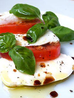 Caprese - klasyczna sałatka z mozzarelli i pomidorów - MniamMniam.pl