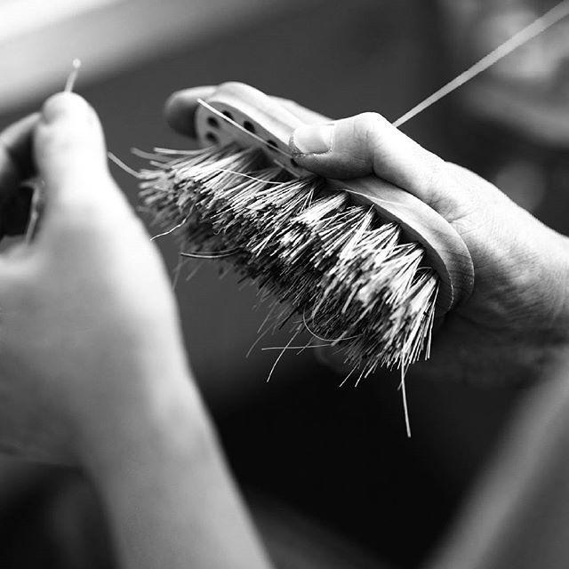 Rotfruktsborste på gång! Ett måste i sommar! ......................................................... Vegetable Brush in the making! A must have for the summer! #irishantverk #borstar #brushes #hantverk #handicraft #handgjort #handmade #sommar #summer