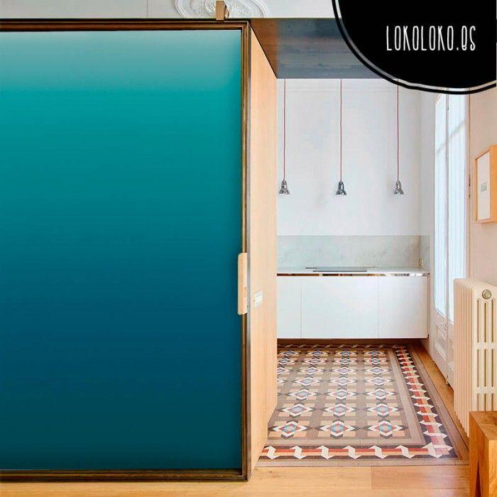 cambia la imagen de tu armario con este vinilo para puertas de un elegante azul intenso