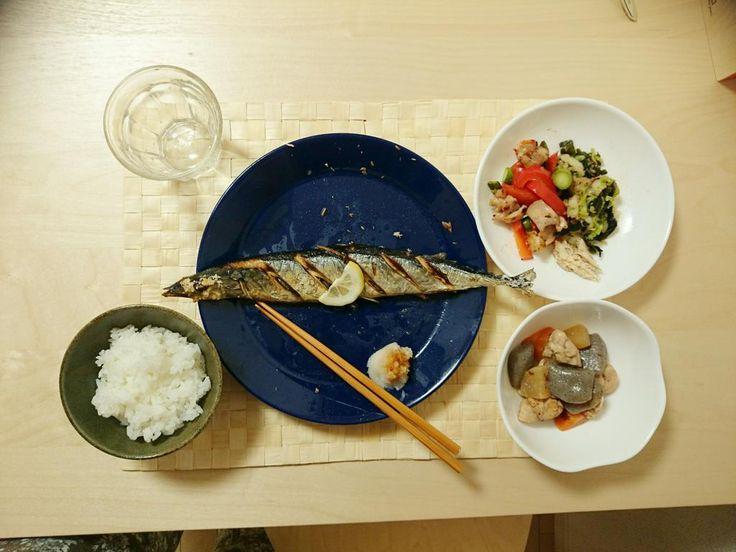 2014/10/21 秋刀魚の塩焼き、昨日の煮物の残り、昨日の白菜のやつの残り、パプリカ炒め。塩焼きされてるやつを電子レンジにかけた結果、爆発させてしまった。お腹に切れ込みを入れておけばよかったのか。