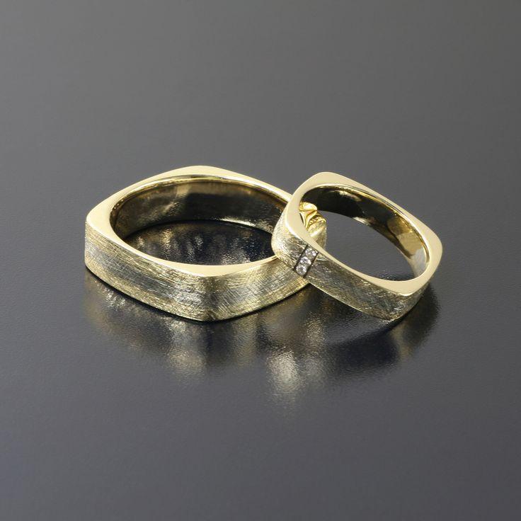 Obrączki z żółtego i białego złota 3 brylanty o średnicy 1,15 mm faktura drapana