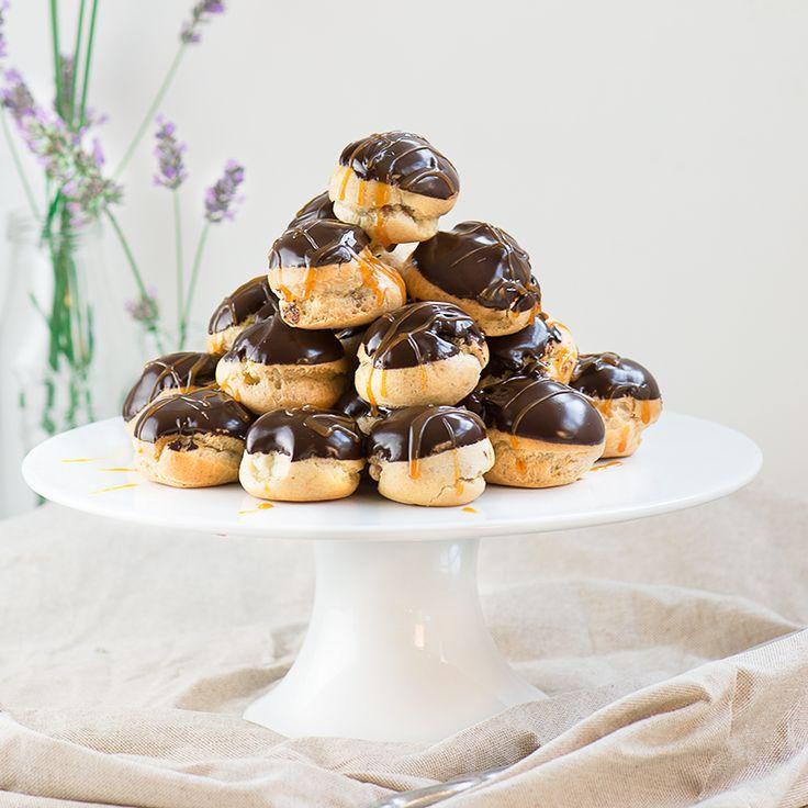 Duplo chocolate e caramelo profiteroles - crisp choux pastelaria cheia de mousse de chocolate de leite e coberto com chocolate escuro molho e caramelo.