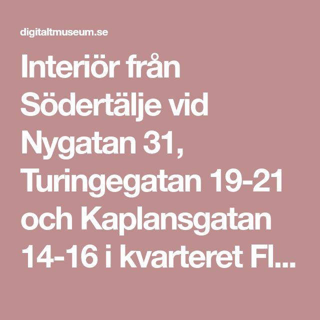 Interiör från Södertälje vid Nygatan 31, Turingegatan 19-21 och Kaplansgatan 14-16 i kvarteret Flugan 2 och 3. Östra byggnaden utmed Turingegatan. Köket i bottenvåningen med vedspis, kökssoffa och matbord. På väggen porträtt och väggur. - Nordiska museet / DigitaltMuseum