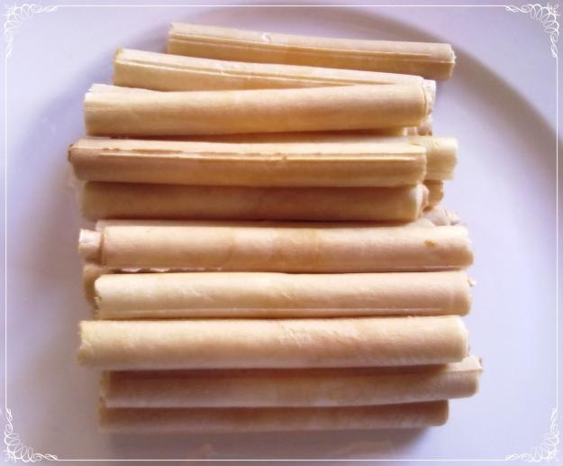 Cuchufli -    These desserts are served by the dozen because they are small and light. They are a thin wafer or cookie pastry rolled into a tube and filled with something sweet, usually manjar or chocolate. They are often topped with powdered sugar or drizzled with chocolate.