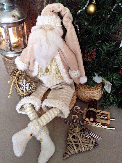 Купить или заказать Санта в интернет-магазине на Ярмарке Мастеров. Санта сшит в тепло -бежевой гамме в стиле тильда. Он станет прекрасным дополнением к новогоднему интерьеру. Ножки сгибаются в коленках, что позволяет принять самую удобную позу сидя. Есть петелька для подвеса.