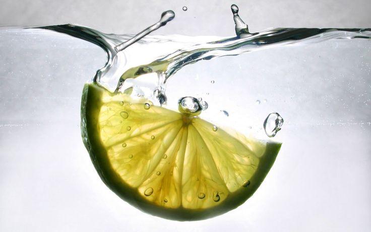 Domácí odstraňovač vodního kamene   Home-Made.Cz-Budete potřebovat 300g kyseliny citronové (seženete tady) 1/2 litru vody láhev s rozprašovačem  Takže můj recept je tento: ohřát 0,5 l vody, rozpustit do ní tolik kys. citronové, co to dá, nechat zchladit a nalít do lahvičky s rozprašovačem, která nám zbyla po tom nepoměrně dražším kupovaném odstraňovači. Funguje to úplně stejně a mohu potvrdit, s naší tvrdou vodou je to můj téměř každodenní pomocník
