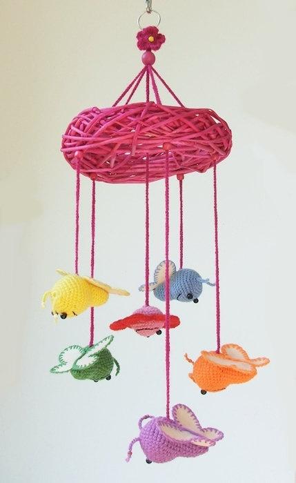 mobile pour bébé en crochet avec des abeilles colorées, Crochet baby mobile with butterflies and flower by spikycake