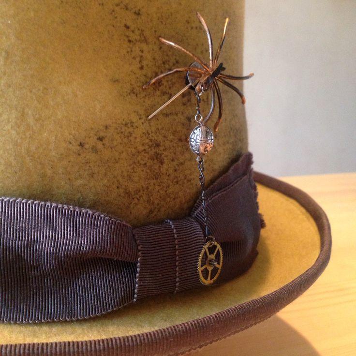 スパイダーハットピンの付いたトップハット。 #hat #tophat #steampunk