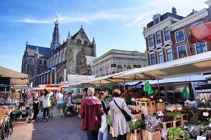 Lust auf einen den Tagesausflug Haarlem? Die holländische Stadt vereint Geschichte, Kultur, Restaurants und liegt in der Nähe vom Meer … Ab dafür!