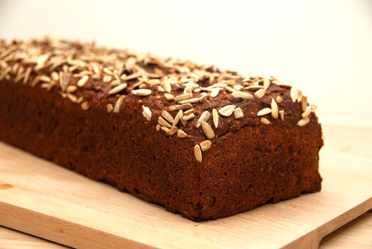 Opskriften på et dejligt rugbrød med solsikkekerner. Det er bagt uden surdej, men i stedet med kærnemælk, og derfor har brødet den rette surhed.