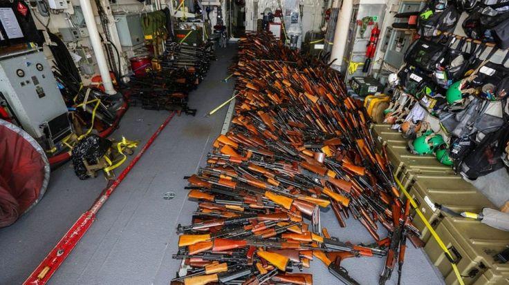 Australijska marynarka wojenna poinformowała, że przejęła duży ładunek broni przewożony łodzią rybacką. Na pokładzie znaleziono ponad 2 tys. sztuk broni po...