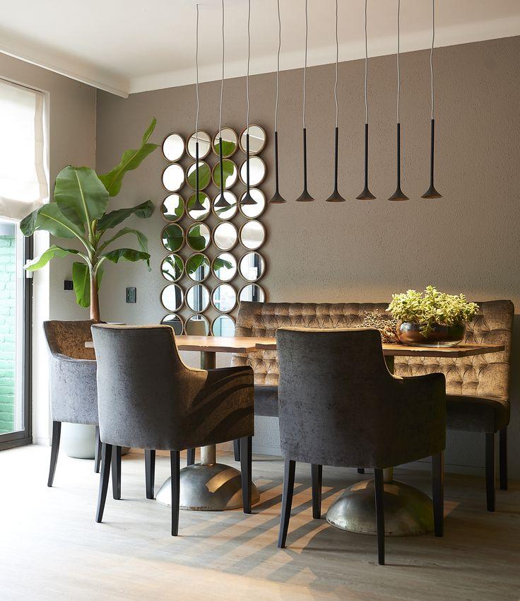 ROFRA Home - De eetkamerstoel Virginia heeft een geweldige uitstraling. De eetstoel is bekleed met stof die in alle kleuren verkrijgbaar is. Combineer verschillende kleuren met elkaar voor een speels effect. De unieke vorm van de stoel zorgt ervoor dat deze eetkamerstoel in je interieur een prachtige verschijning is. De brede en zachte zitting biedt in combinatie met de hoge rugleuning een fantastisch comfort. Je kan zo urenlang op een comfortabele manier aan de eettafel genieten.