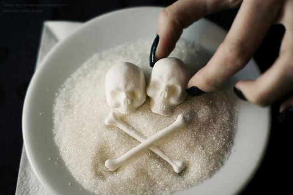 Muita gente não sabe, mas o açúcar é uma substância que devemos evitar ao máximo.  Isso porquê, ele é uma substância acidificante, contribuindo com a desidratação do organismo e a queda do pH do nosso corpo. Por isso, separei alguns motivos de o por que eliminar o açúcar de nossas vidas.