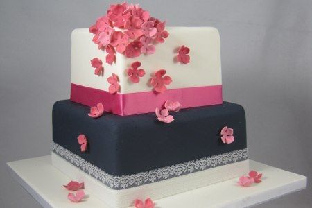 Vierkante bruidstaart met roze hortensia's.