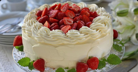 A super-creamy strawberry layer cake