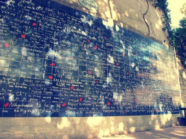 """Ti amo scritto in tutte le lingue del mondo. Un muro di frasi d'amore su una superficie di 40 metri quadrati, per un totale di 612 piastrelle di lava smaltata. """"The wall of love you's"""" si trova al centro del giardino Abbesses, nel cuore di Montmartre, a Parigi ed è un'esplosione di"""