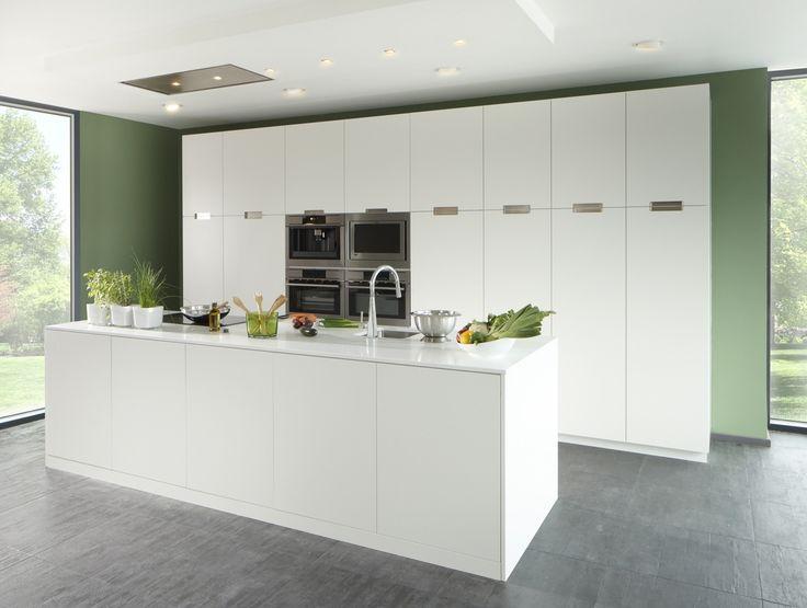 Volledig witte design keuken met een grooot keukeneiland met witte composiet. Strakke moderne uitvoering en volledig op maat.