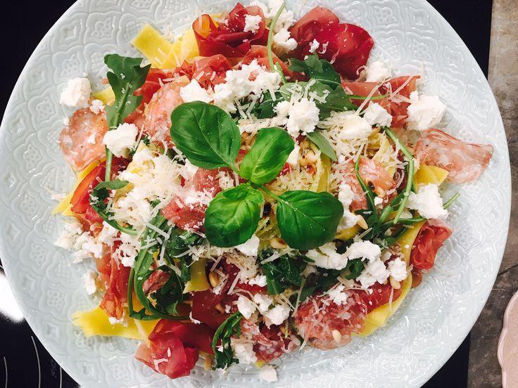 Catarinas pasta Italiano innehåller verkligen extra allt av fina italienska råvaror som parma, bresaola, tryffelsalami, parmesan och fetaoast.