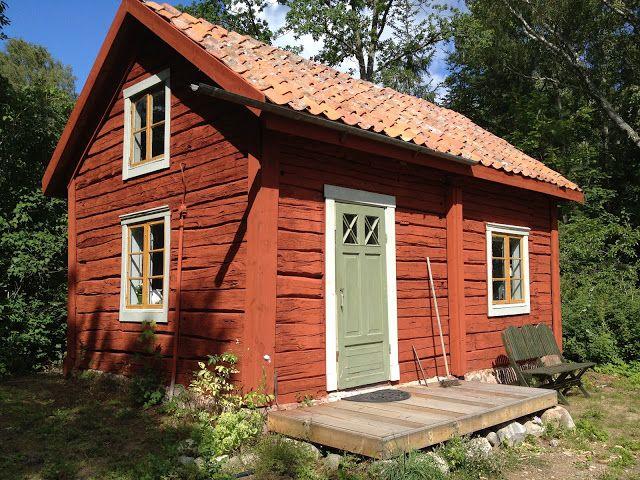 Vackert gästhus! Älskar timmerstockarna och färgsättningen.